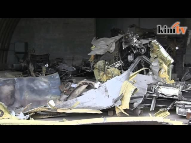 Serpihan  pesawat MH17 dipamerkan untuk tontonan
